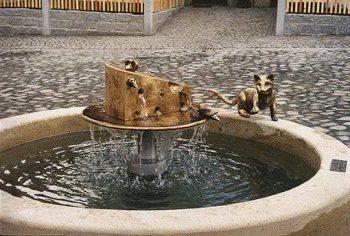 Marktbrunnen im Vorwerk (Käsemarkt) in Stolpen Plastiken getrieben aus Tombak