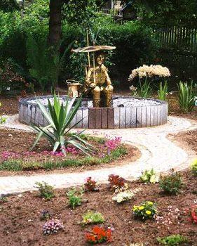 Brunnen im einem Privatgarten Plastik getrieben aus Tombak